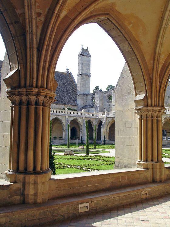 Abbaye_de_Royaumont_-_Vue_d'une_baie_du_cloître