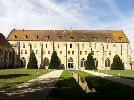 Asnières-sur-Oise_(95),_abbaye_de_Royaumont,_bâtiment_des_moines,_vue_depuis_l'est_1